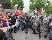 Basiano (MI). La polizia carica e spara lacrimogeni sugli operai licenziati. 14 operai feriti, 16 fermati e rappresaglie in ospedale.